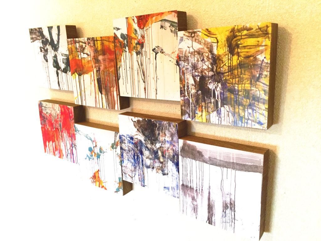 空間に統一感が生まれる抽象画